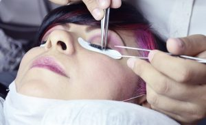 woman putting extension lashes